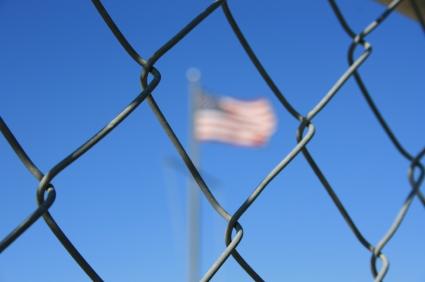 Bandera americana a través de una reja